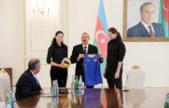 İlham Əliyev qadın voleybolçulardan ibarət milli komandamızın heyətini qəbul edib - Foto