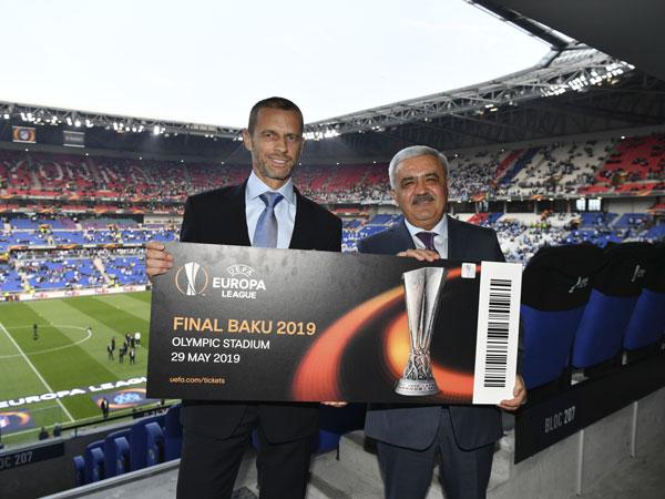 UEFA Bakı finalının biletini Rövnəq Abdullayevə təqdim etdi - Foto